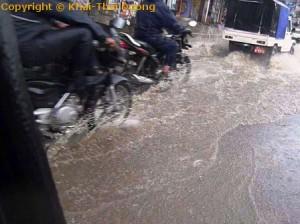 Nepal Reisezeit - Aufgrund der schlechten Infrastruktur können Straßen bei heftigem Monsun schnell überflutet werden.