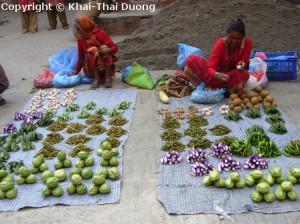 Straßenverkäuferinnen, die frisches Gemüse anbieten.
