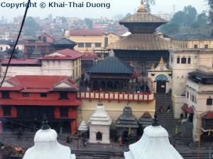 Am Ufer des Bagmati-Flusses liegt Nepals bedeutsamster Hindu Tempel.