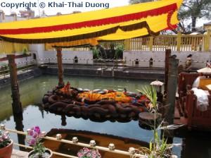 Die etwa 5m lange Statue der schlafenden Vishnu liegt auf einer siebenköpfigen Schlange in einem künstlichen Wasserbecken.
