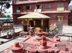 Der Tempel liegt ganz im Norden von Kathmandu im Stadtteil Budhanilkantha, Narayanthan.