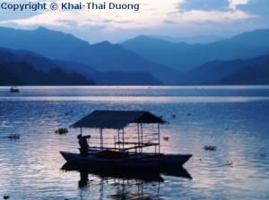 Bootsfahrten auf dem Phewa Lake können entlang der Uferpromenade problemlos gebucht werden.