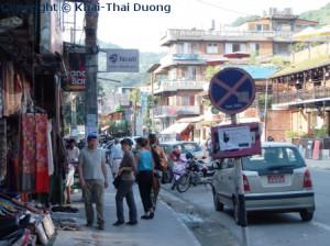 Im Stadtzentrum von Pokhara gibt es Souvenirshops, Restaurants, Cafés und Hotels an jeder Ecke.