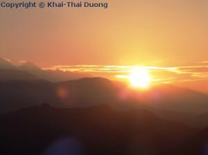 Spektakulärer Sonnenaufgang über dem Himalaya Gebirge.