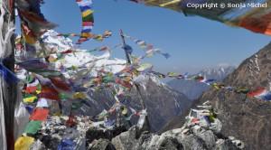 Gebetsfahnen auf den Bergen des Himalaya