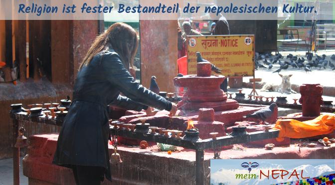 Überall in Kathmandu gibt es kleine Tempel und Schreine, wo Menschen ihre religiösen Pflichten nachgehen.