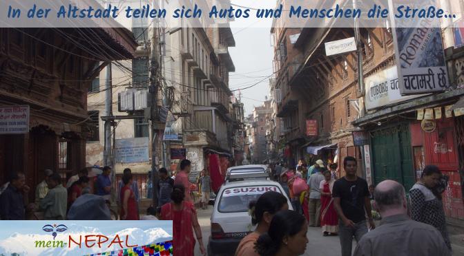In der Altstadt kommt man nur schleppend voran. Fußgänger und Fahrzeuge quetschen sich durch die engen Gassen.